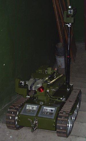 Робот-сапер на боевом задании поднимается по лестничному маршу